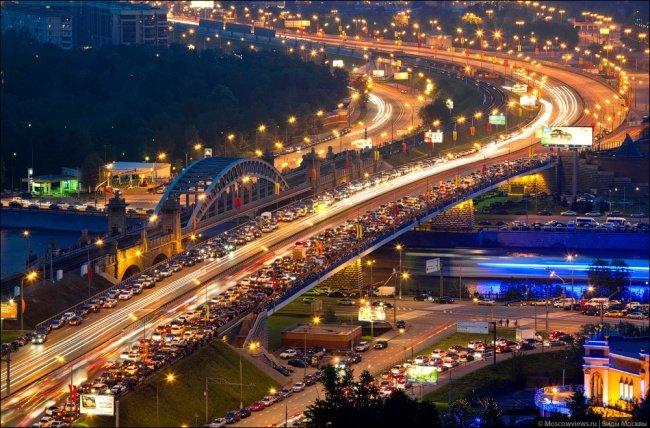 Tráfico de la tarde en el puente Berezhkovskii.