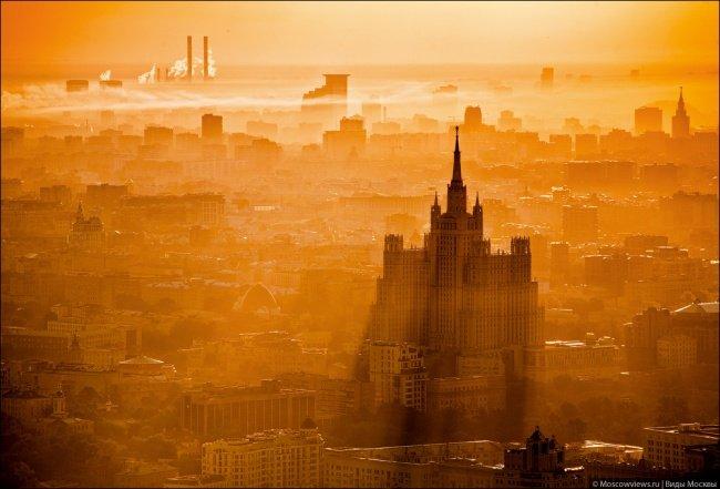 Rascacielos de Stalin en la Plaza Kudrinskaya al amanecer.