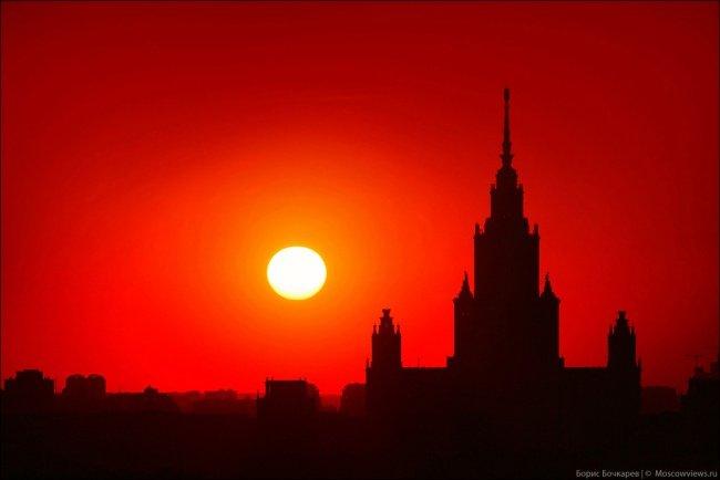 El edificio de la Universidad Estatal de Moscú en la puesta del sol.