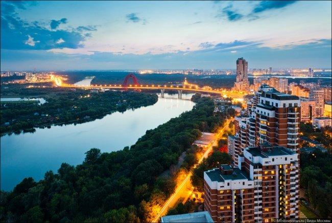 La vista panorámica del puente con Karamyshevskoy